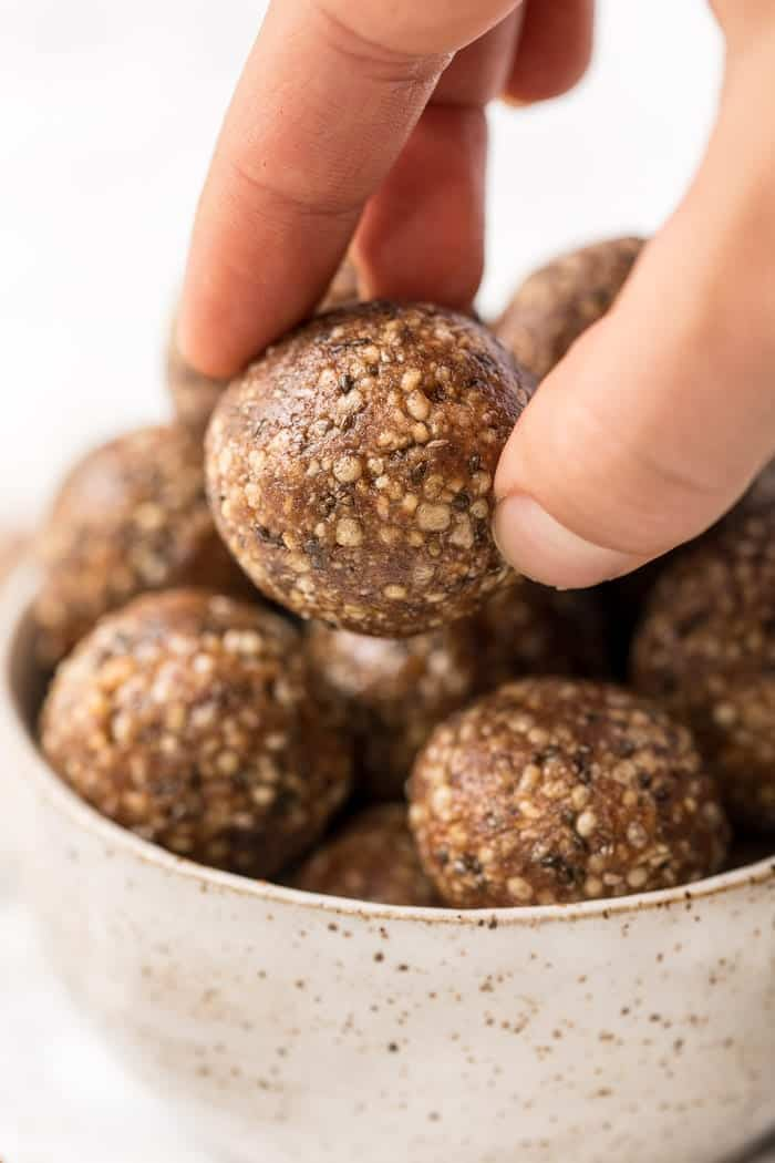 how to make healthy snickerdoodle energy bites with 7 ingredients