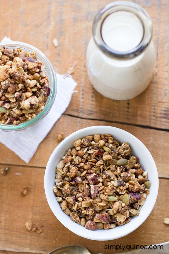 Vegan Coconut Oil Quinoa Granola || Start your day off write with a nutritious breakfast filled with fiber, protein and healthy fats || simplyquinoa.com