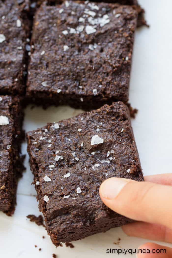 The perfect quinoa brownie >> with flaked sea salt, coconut sugar and dark chocolate chips