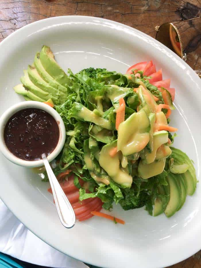 Classic Costa Rican Salad with black beans and mango sauce | www.simplyquinoa.com