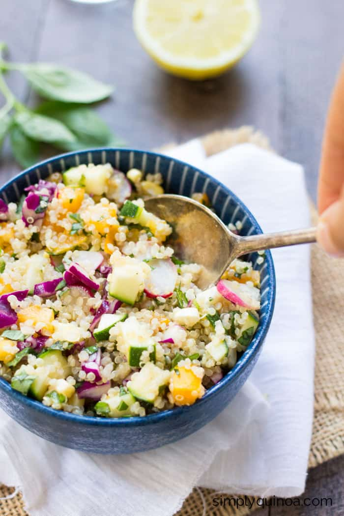 This AMAZING quinoa salad uses local produce from the farmer's market! // www.simplyquinoa.com
