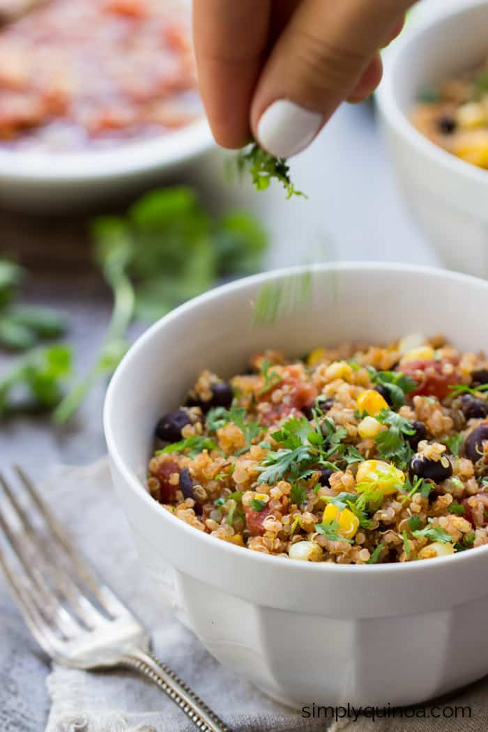 5-Ingredient Mexican Quinoa - simple, quick and delicious [gluten-free + vegan] || recipe on simplyquinoa.com