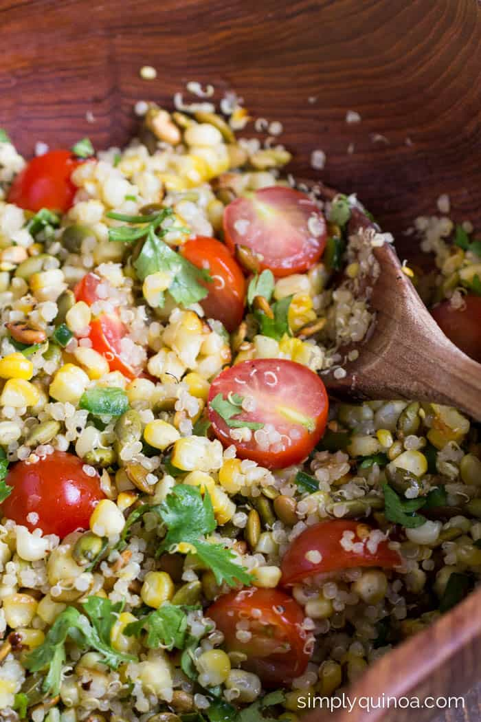 The ULTIMATE summer meal, this Grilled Corn Summer Salad is so easy and delicious | simplyquinoa.com