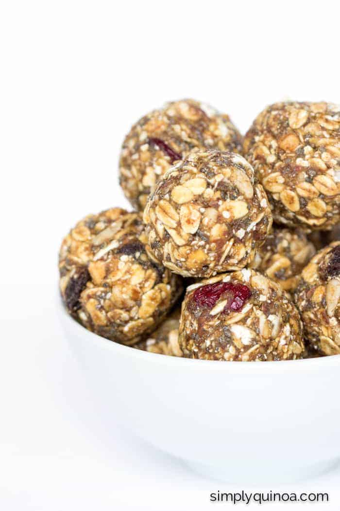 The ULTIMATE on-the-go snack are these healthy muesli energy bites made with peanut butter and flax | recipe on simplyquinoa.com | gluten-free + vegan