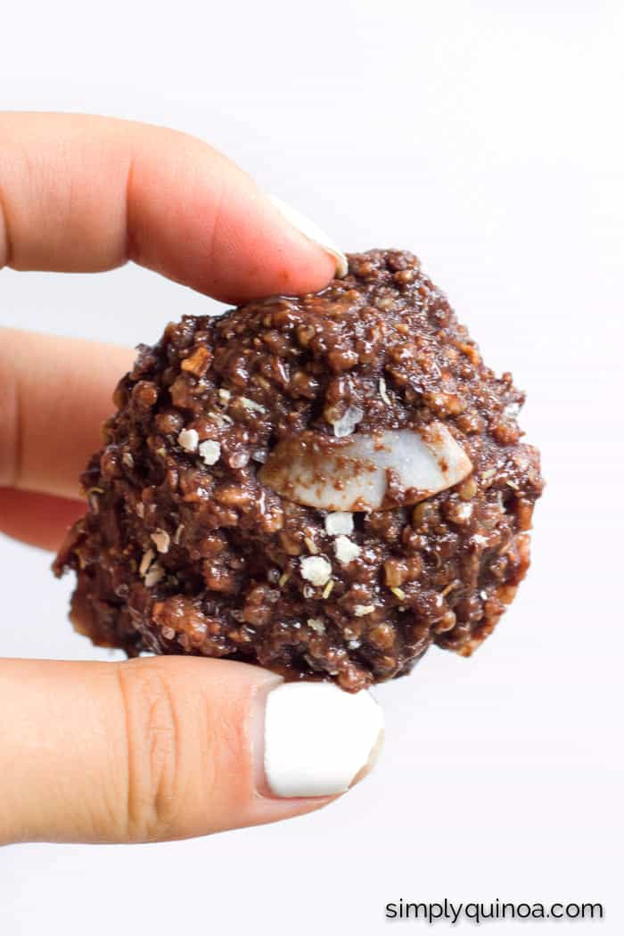 Loving these NO-BAKE chocolate quinoa cookies - they're healthy and delicious | recipe on simplyquinoa.com | vegan + gluten-free