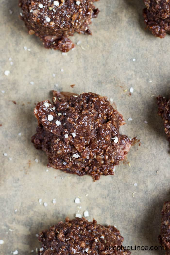 Healthy cookies without turning on the oven? These NO-BAKE chocolate quinoa cookies are amazing! [gluten-free + vegan] | recipe on simplyquinoa.com