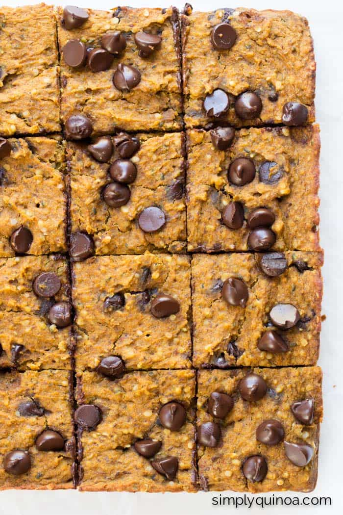 High Protein Pumpkin Quinoa Bars - sweetened naturally and studded with chocolate chips | gluten-free & vegan | simplyquinoa.com