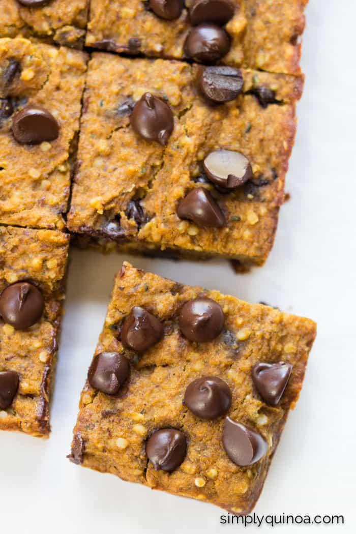 Pumpkin Chocolate Chip Protein Quinoa Bars | gluten-free + vegan | simplyquinoa.com