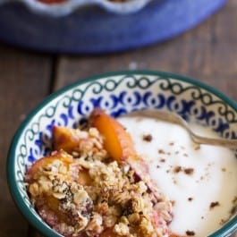 This AMAZING Stone Fruit Quinoa Crumble is made with only natural ingredients and is healthy enough to eat for breakfast | simplyquinoa.com