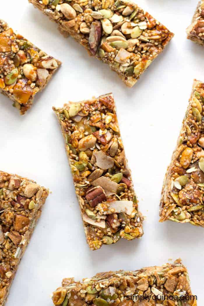Stop snacking on foods that don't keep you full and whip up a batch of these healthy QUINOA granola bars - they've got loads of nutrition plus they're delicious!