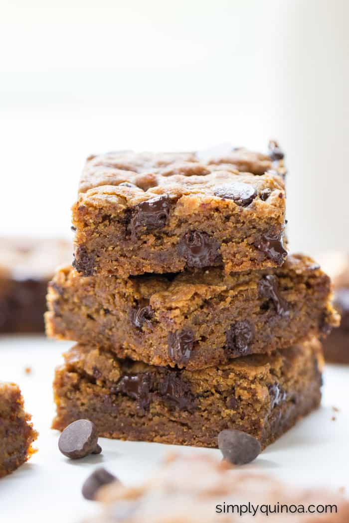 VEGAN chocolate chip cookie bars made using quinoa four, coconut sugar and coconut oil!