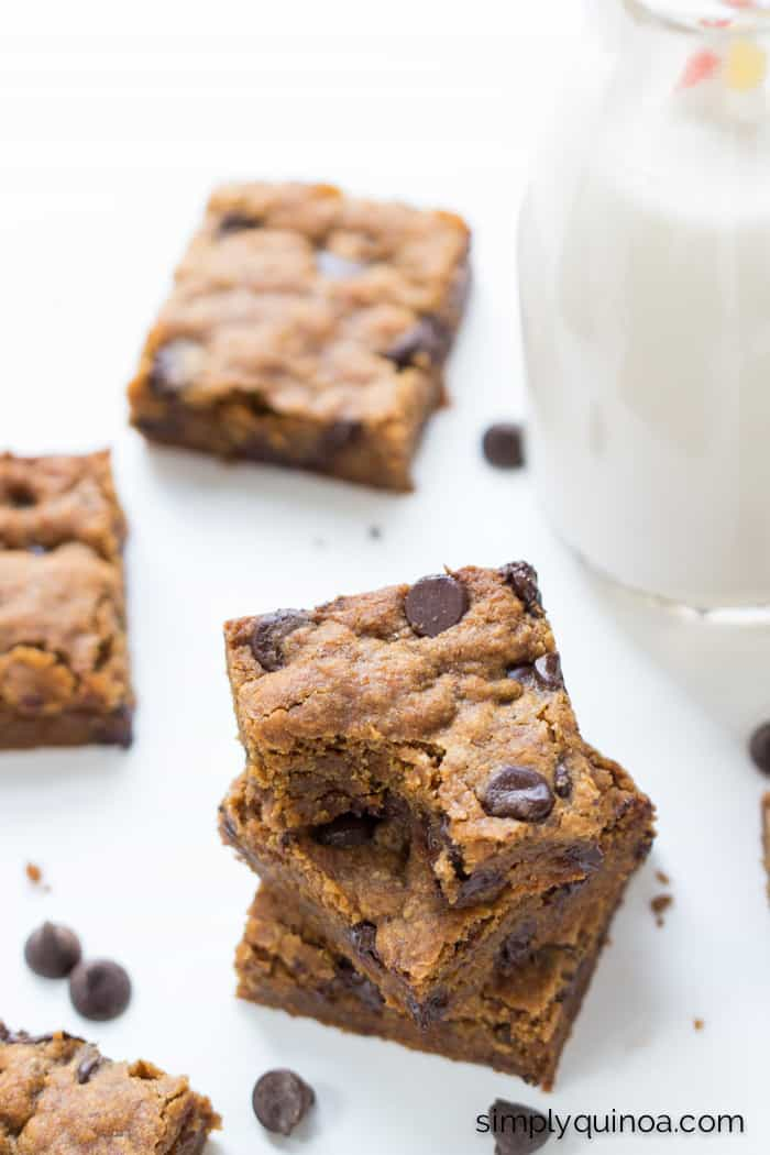 These AMAZING chocolate chip quinoa cookie bars are gluten-free, vegan AND refined sugar-free!