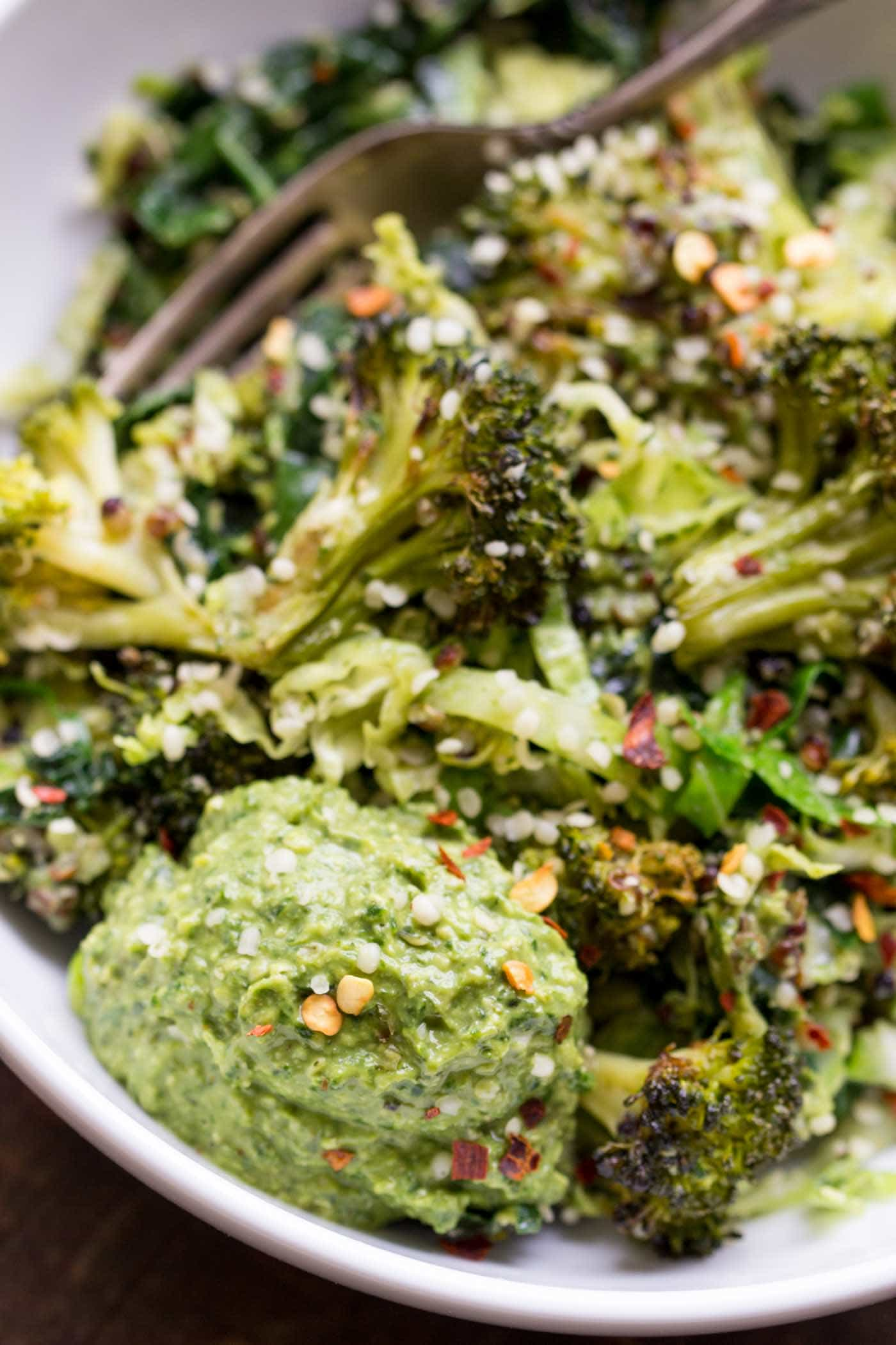 A super easy wintery QUINOA BOWL with loads of green vegetables and vegan hemp pesto!