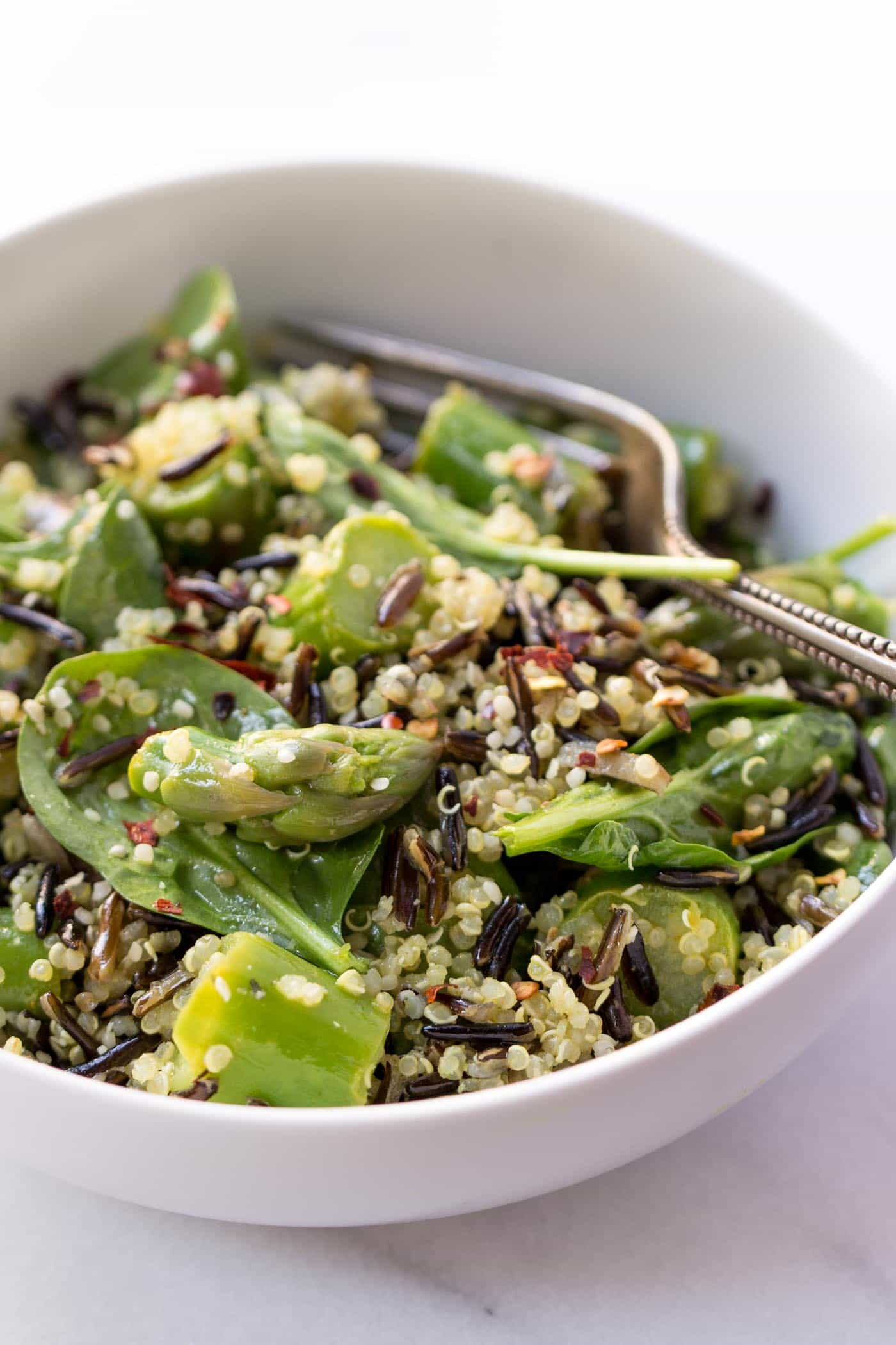 The perfect combination >> Wild Rice Quinoa Salad with Asparagus and a Lemon-Turmeric Dressing! So simple, but so flavorful!