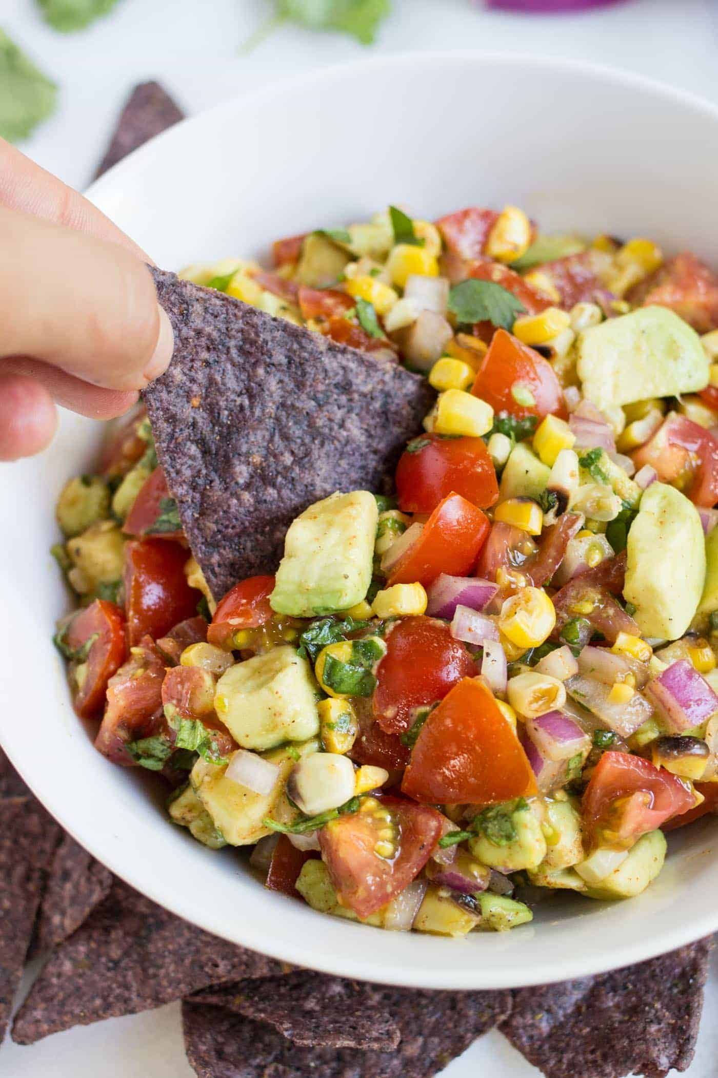 The BEST summer dip >> Grilled Corn + Avocado Salsa! healthy, easy and SO FLAVORFUL!