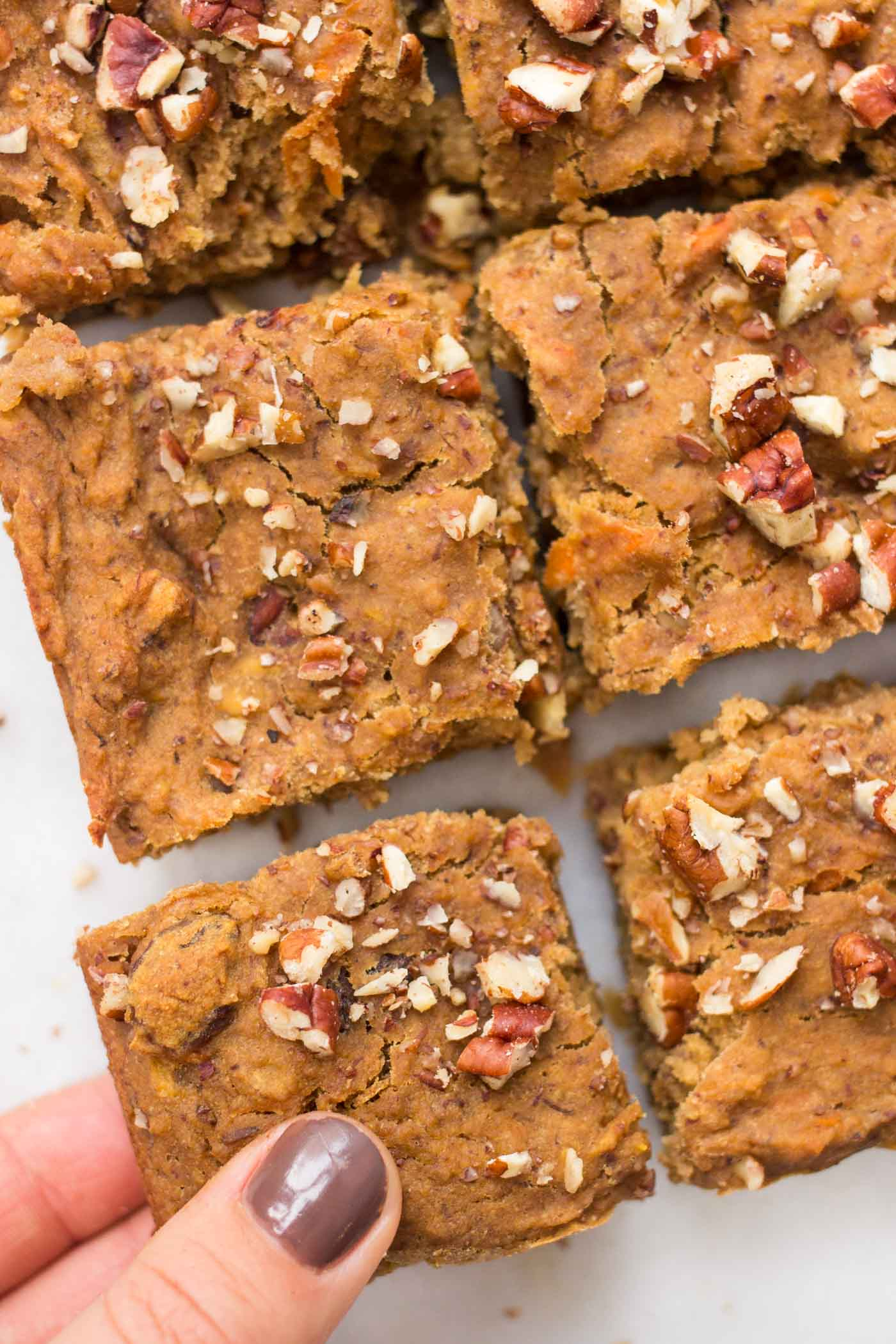 Need a portable breakfast treat? These HIGH-PROTEIN quinoa breakfast bars are perfect! They're naturally sweetened, gluten-free and vegan too!