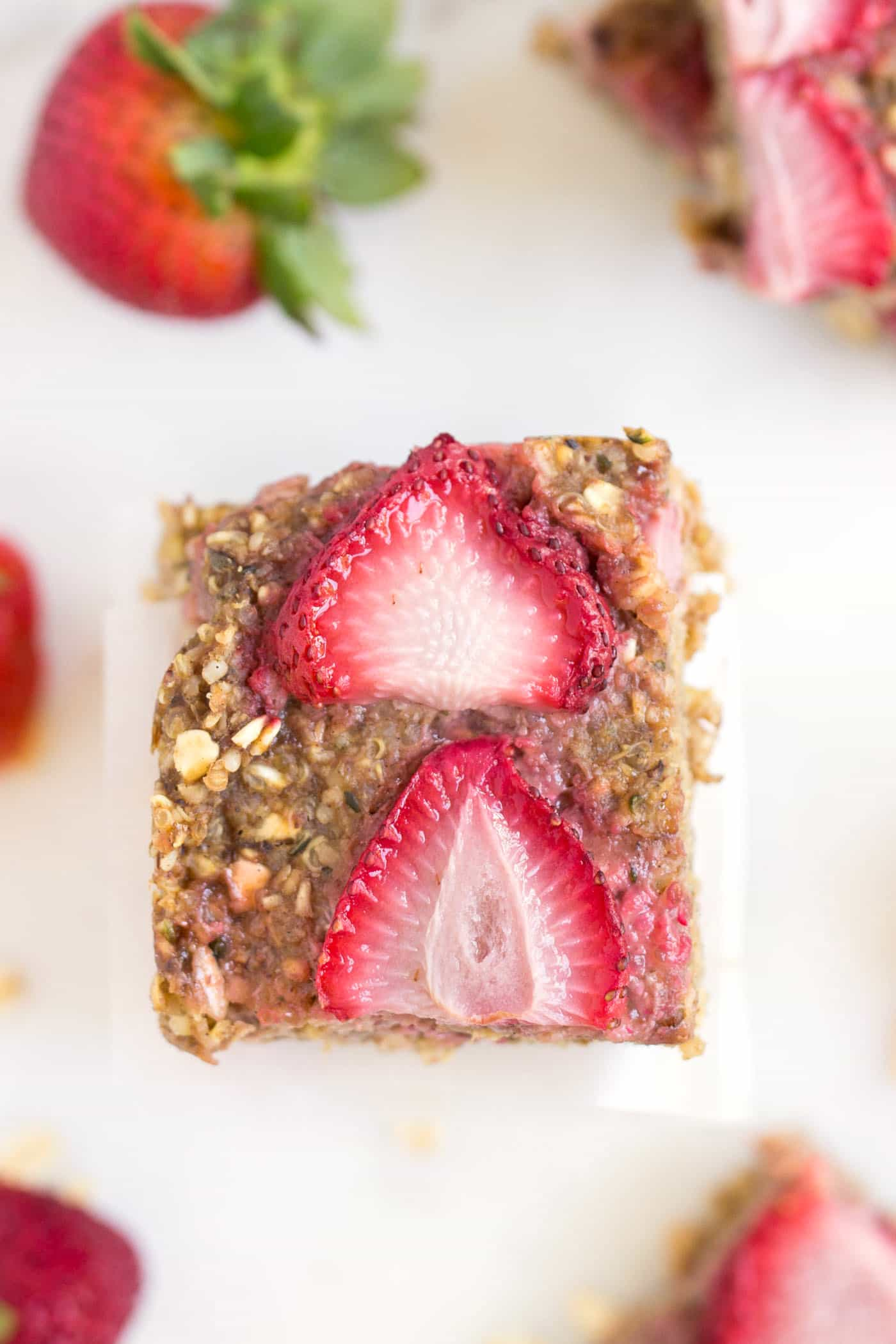 These strawberry quinoa breakfast bars are FLOURLESS, packed with protein and fiber, and are the perfect portable breakfast!