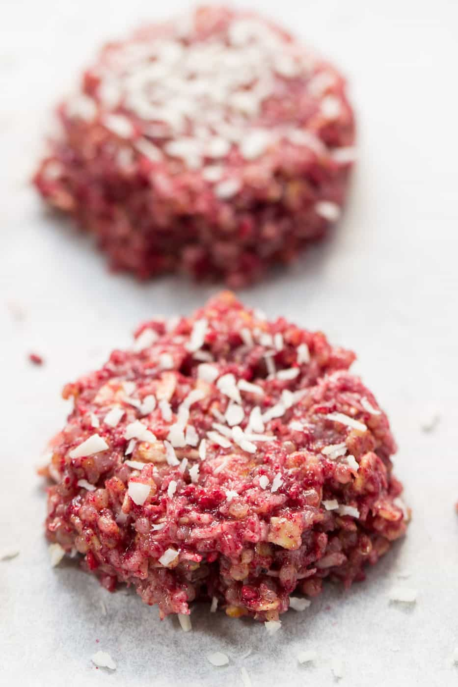 NO-BAKE Raspberry Quinoa Cookies -- use less than 10 ingredients, are totally healthy and taste like cheesecake!
