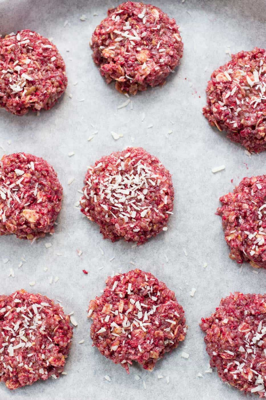 These amazing NO BAKE raspberry quinoa cookies use less than 10 ingredients and are totally healthy!