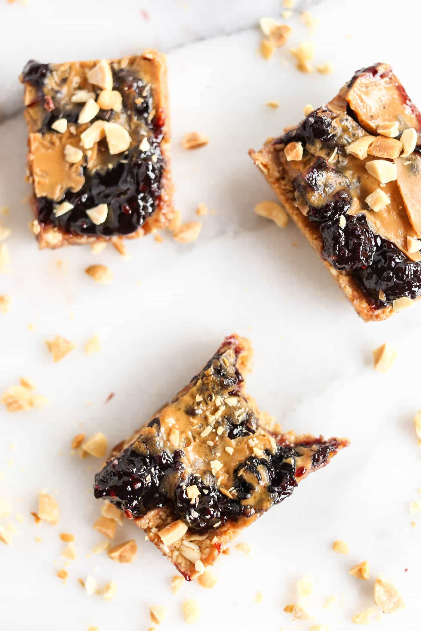 Peanut Butter + Jelly Snack Bars >> only 8 ingredients, naturally gf, no refined sugars and 100% vegan!