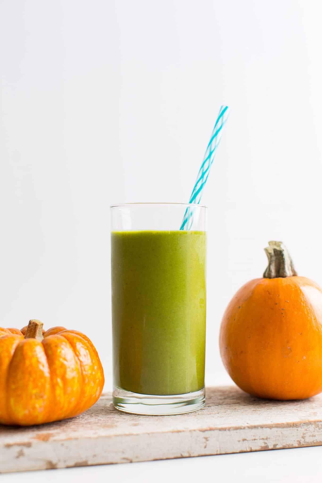 HEALTHY PUMPKIN PIE GREEN SMOOTHIE...plus 14 other pumpkin breakfast recipes you NEED to try!