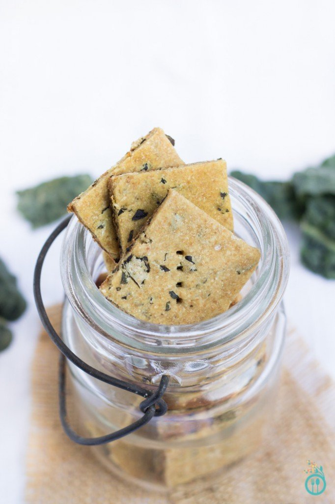 Cheezy Kale + Quinoa Crackers - a healthy, gluten-free & vegan snack!